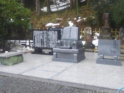 墓石と記念碑